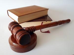 Mielőtt ügyvéddel bírósági pert indítana a biztosítóval szemben, beszéljen velünk is! Olcsóbb és gyorsabb módja is van a kárrendezésnek, mint a pereskedés.