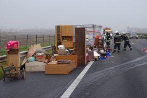 Egy bútorszállító jármű leborult rakománya az M5-ös autópályán (MTI fotó). A fuvarozónak az elmaradt haszon után is járhat kártérítés.
